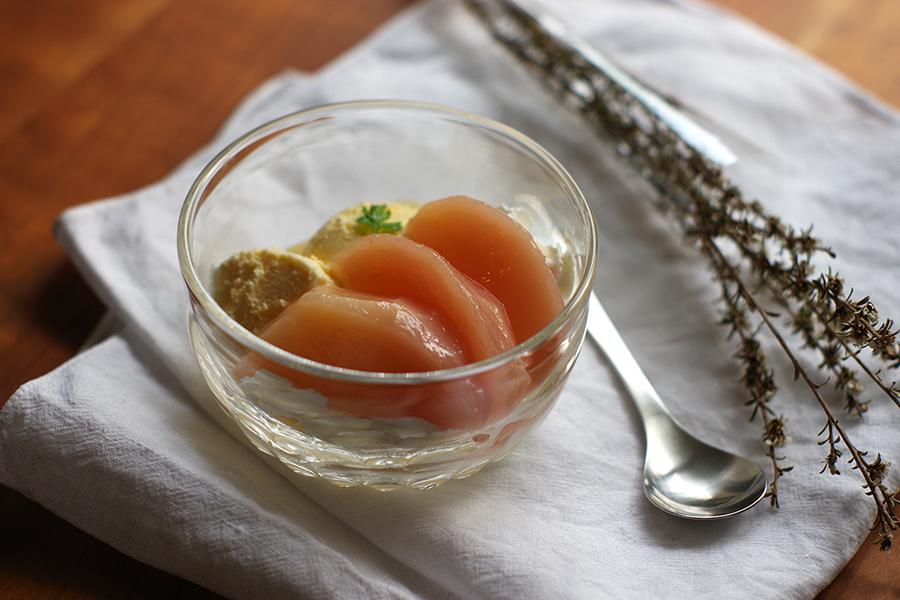 桃のコンポートとバニラアイスクリーム